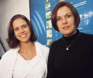 Química e Derivados: Analítica: Cássia (à direita) e Irina - feiras atraem estrangeiros.