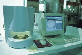 Química e Derivados: Analítica: O leitor de colônias ProtoCOL é automatizado.