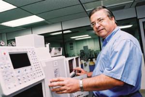 Química e Derivados: Análise: Na Polibrasil, Dr. Cienfuegos coordena as análises instrumentais.