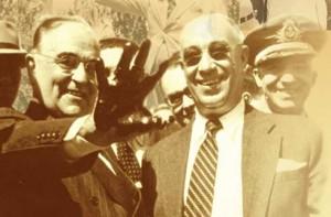 Química e Derivados: Petrobras: Getúlio Vargas com óleo baiano na mão; abaixo o pioneiro Oscar Cordeiro.